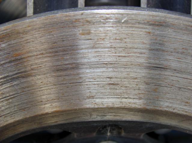 Поврежденные колодками тормозные диски автомобиля